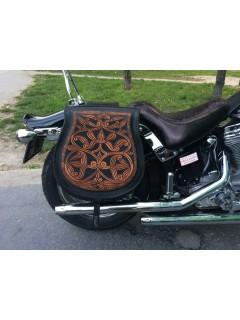 Hímzéssel díszített bőr motoros táska
